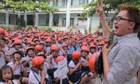 Quỹ AIP tặng mũ bảo hiểm cho học sinh