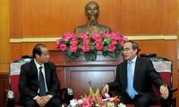 Lào trao tiền ủng hộ nhân dân Việt Nam bị thiệt hại do hạn hán, xâm nhập mặn