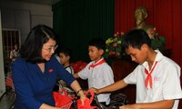 Phó Chủ nước Đặng Thị Ngọc Thịnh trao tặng học bổng cho 130 học sinh nghèo, hiếu học