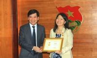 """Trao tặng Kỷ niệm chương """"Vì thế hệ trẻ"""" cho Phó Trưởng đại diện Quỹ Dân số Liên hợp quốc tại VN"""