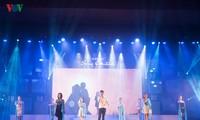 """Thí sinh cuộc thi """"Tiếng hát ASEAN+3"""" vui vẻ luyện tập cho đêm bán kết"""