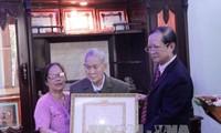 Việt kiều Lào đầu tiên được trao Huy hiệu 65 năm tuổi Đảng