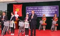 Phó Thủ tướng Trương Hòa Bình trao xe đạp cho trẻ em nghèo hiếu học