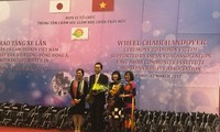 Cựu Thủ tướng Nhật Bản trao xe lăn cho người khuyết tật, nạn nhân chất độc da cam Việt Nam