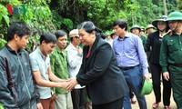Phó Chủ tịch Thường trực Quốc hội Tòng Thị Phóng thăm các gia đình  thiệt hại do mưa lũ tại Hòa Bình