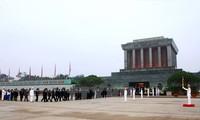 Các nhà ngoại giao Mỹ Latinh vào Lăng viếng Chủ tịch Hồ Chí Minh