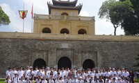 120 thanh thiếu niên kiều bào thăm Lăng Bác và Hoàng Thành Thăng Long