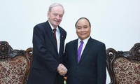 Prime Minister Nguyen Xuan Phuc welcomes former Canadian Prime Minister