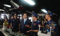 President pays pre-Tet visit to coast guards, workers