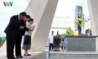 Спикеры парламентов Вьетнама и Лаоса зажгли благовония в мемориальном комплексе в провинции Шонла