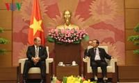 Вице-спикер вьетнамского парламента принял американского конгрессмена