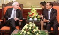 เลขาธิการพรรคสาขากรุงฮานอยฝามกวางหงิให้การต้อนรับส.ว.สหรัฐจอห์นแมคเคน