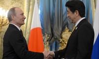 ผู้นำรัสเซียและญี่ปุ่นหารือเกี่ยวกับปัญหาระหว่างประเทศที่ให้ความสนใจร่วมกัน