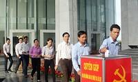 ประธานแนวร่วมปิตุภูมิเวียดนามรับเงินบริจาคเพื่อช่วยเหลือผู้ประสบอุทกภัยในภาคกลาง