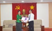 คณะผู้แทนสมาคมสตรีกัมพูชาเพื่อสันติภาพและการพัฒนาของจังหวัดกระแจะเยือนจังหวัดบิ่งเยือง