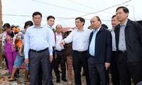 นายกรัฐมนตรีเวียดนามลงพื้นที่ตรวจสอบผลเสียหายจากพายุดอมเรยในจังหวัดแค้งหว่า
