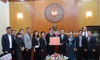 รัฐบาลและภาคเอกชนไทยในเวียดนามมอบเงินบริจาคเพื่อช่วยเหลือผู้ประสบภัยธรรมชาติในภาคเหนือเวียดนาม