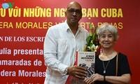 Hội Nhà văn tặng sách Biên bản chiến tranh 1-2-3-4.75 cho Hội Hữu nghị Cuba - Việt Nam