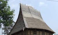 Своеобразные общинные дома на сваях народности Седанг