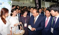 PM visits Vietnam's pavilion at Food & Hotel Asia 2018 in Singapore