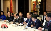 PM holds dialogue with Singaporean business leaders
