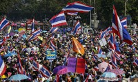 Protesters block Bangkok streets – Government calls for peaceful demonstrations