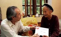 Social beneficiaries and the poor enjoy happy Tet holiday