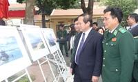 Maps on Vietnam's Truong Sa, Hoang Sa presented to Border Guard Command