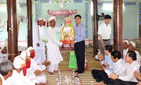 Binh Thuan leaders visit Cham people during Ramuwan festival