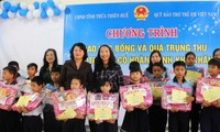 Vice President presents gifts to needy children in Thua Thien-Hue
