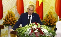 Prensa checa informa ampliamente de la visita de su presidente a Vietnam