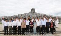 Líder parlamentaria vietnamita obsequia regalos a personas meritorias