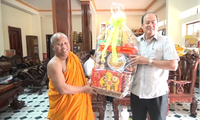 Dirigentes de An Giang felicitan a la etnia jemer en ocasión de su Fiesta Sen Dolta