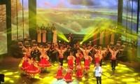 """El presidente vietnamita asiste al espectáculo artístico """"Epopeya de Octubre"""""""