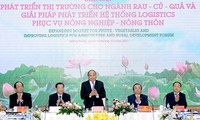 Premier vietnamita asiste al foro para el desarrollo del mercado de frutas y verduras