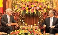 Parlamentspräsident Nguyen Sinh Hung empfängt John McCain