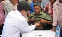 Junge vietnamesische Ärzte helfen Fischern