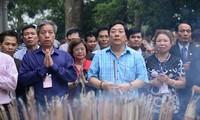 Delegation der Auslandsvietnamesen besucht den Tempel der Hung-Könige