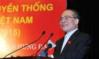 Parlamentspräsident Nguyen Sinh Hung nimmt am Festtag der Nationalsolidarität in Hanoi teil
