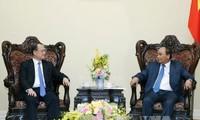 Premierminister Nguyen Xuan Phuc trifft den Vorsitzenden des Hongkonger Sunwah-Konzern