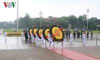 Spitzenpolitiker besuchen das Ho Chi Minh-Mausoleum