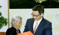 Vizepremierminister Vu Duc Dam empfängt Delegation der Personen mit Verdiensten