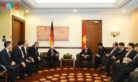 Premierminister Nguyen Xuan Phuc trifft einige Unternehmen in Berlin