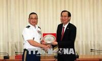 Leiter von Ho Chi Minh Stadt empfängt Delegation der Militärattaches in Vietnam