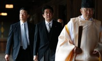 Japans Premierminister Shinzo Abe besucht Yasukuni-Schrein