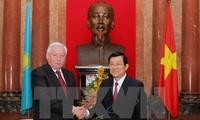 Staatspräsident Truong Tan Sang empfängt Parlamentspräsidenten Kasachstans