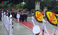 Spitzenpolitiker des Landes besuchen Ho Chi Minh-Mausoleum
