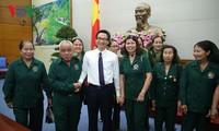 Vizepremierminister Vu Duc Dam empfängt Delegation der ehemaligen jungen Freiwilligen aus Quang Nam