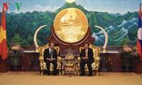 Premierminister Nguyen Xuan Phuc trifft Spitzenpolitiker aus Laos