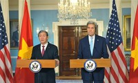 Mitglied des Politbüros Dinh The Huynh trifft US-Außenminister John Kerry